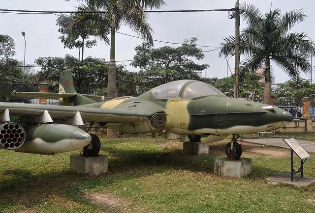 Khi còn cách sân bay Tân Sơn Nhất khoảng 20km, toàn bộ phi đội đã phát hiện được sân bay. Các máy bay trong phi đội thực hiện kéo dài đội hình, chiếc cách chiếc từ 600 mét đến 800 mét, đồng thời lấy độ cao lên 2.000 mét.