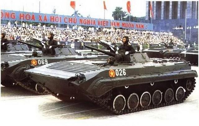 Góp phần vào thắng lợi này không thể không nhắc đến 1 đại đội tên lửa chống tăng B-72. Tổ hợp tên lửa 9M14 Malyutka hay được gọi là 9K11 (tên định danh NATO: AT-3 Sagger, tên Việt Nam: B-72) là loại tên lửa chống tăng điều khiển thủ công (MCLOS) bằng dây của Liên Xô. AT-3 là loại tên lửa chống tăng mang vác có điều khiển được sử dụng rộng rãi nhất. Trong ảnh: B-72 trên thiết giáp BMP-1 trong lễ duyệt binh năm 1985.