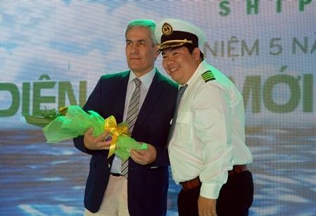 Đại diện lãnh đạo TPL Shipping tặng hoa cho đối tác