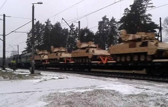 Đoàn tàu chở vũ khí Mỹ đến Latvia. Liệu có thêm 100 đoàn tàu như thế này, Latvia có chịu nổi một cái tát của gấu Nga không?