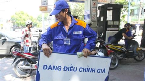 Trong khi giá xăng dầu thế giới hạ thì người tiêu dùng Việt Nam lại phải chịu giá cao.