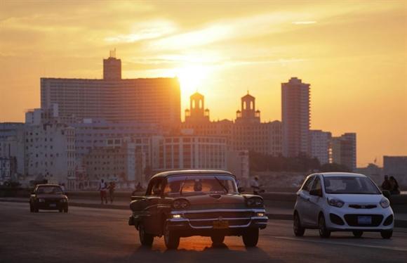 Xe hơi trong nắng hoàng hôn trên đại lộ bên bờ biển El Malecon, Havana