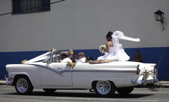 Đón dâu bằng xe cổ mui trần ở Havana
