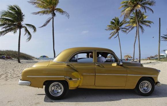 Xe cổ làm taxi trả khách bên bãi biển ở ngoại ô Havana