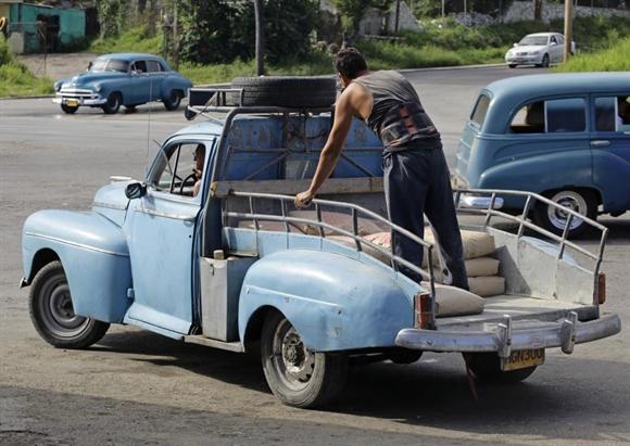 Xe cổ Ford Deluxe 1948 cải tiến thành xe chở hàng ở Havana