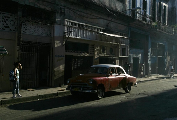 Chiếc Chevrolet cổ trên con phố cổ ở Old Havana