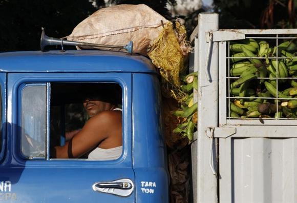 Xe tải cổ dùng để vận chuyển chuối gần một khu chợ ở Havana