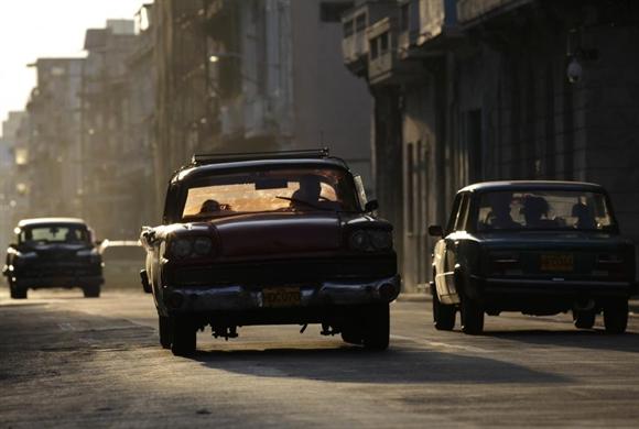 Những chiếc xe cổ vẫn lăn bánh trên con phố San Lazaro, Havana