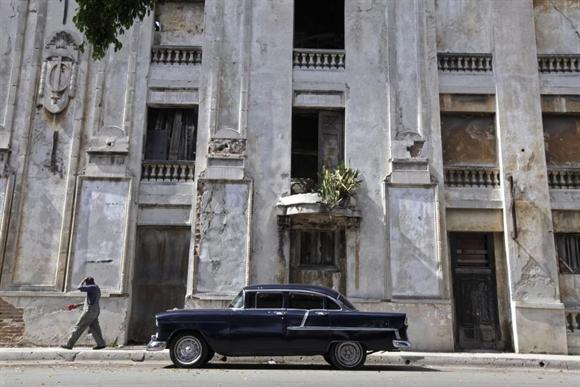Chiếc Chevrolet 1955 bên ngoài tòa nhà bỏ hoang ở Havana