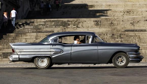 Xe cổ ngang qua Đại học Havana