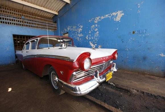 Xe cổ Ford V8 của Ford Motor Company 1954 trong gara ở làng Quivican, phía nam Havana