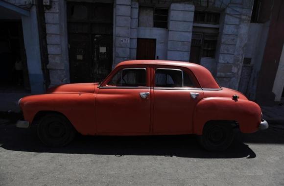 Xe cổ Plymouth 1951 trên một con phố ở Havana