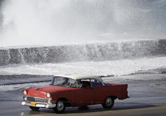Chevrolet 1956 trên đại lộ ven biển ở Havana