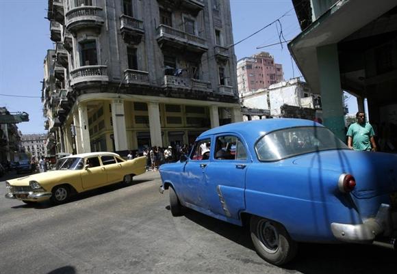 Những chiếc xe cổ làm taxi dọc ngang các con phố Havana