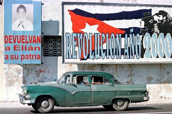 Ford 1955 trên phố cổ ở Old Havana