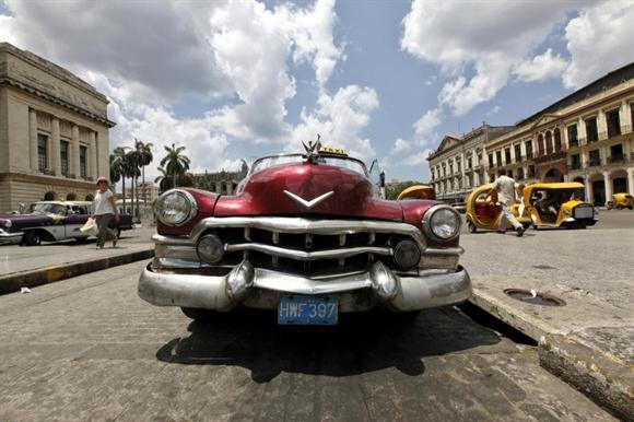 Taxi đợi khách tại Tòa thị chính Havana