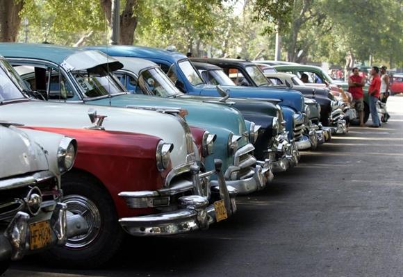 Taxi đậu chờ khách ở khu trung tâm Havana