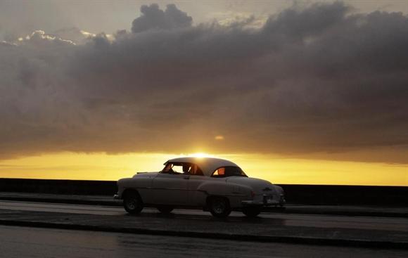 Taxi xe cổ trên đại lộ El Malecon, Havana trong nắng hoàng hôn