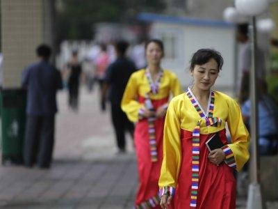 Theo tạp chí Time của Mỹ, ở Triều Tiên, phụ nữ được lựa chọn 1 trong 14 kiểu tóc. Phụ nữ đã kết hôn được khuyến khích để tóc ngắn, trong khi những phụ nữ chưa lập gia đình được phép để tóc dài, xoăn.  Trong khi đó, thanh niên không được phép để tóc dài quá 5cm, đàn ông trung niên không được để tóc dài quá 7cm.