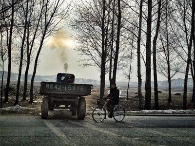 Chưa đầy 3% đường xá ở Triều Tiên có vỉa hè. Triều Tiên có khoảng 25.554 km đường (gấp 1,5 lần đường kính sao thủy), nhưng chỉ hơn 700 km có vỉa hè (tương đương khoảng cách từ Cleveland đến New York).