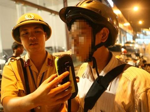 Người điều khiển phương tiện giao thông có biểu hiện sử dụng rượu bia bị CSGT Hà Nội kiểm tra nồng độ cồn