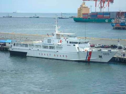 Tàu tuần tra bờ biển BRP Pampanga của Philippines đối mặt với 4 tàu Trung Quốc tại bãi cạn Scarborough hồi năm 2012.