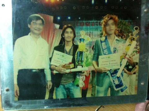 Tony (giữa) nhận giải 3 trong một cuộc thi nghề tóc