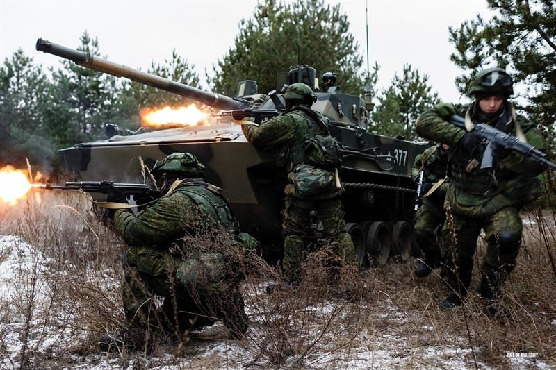 Lính dù Nga nhả đạn ầm ầm dưới sự hỗ trợ về hỏa lực và che chắn của IFV BMD-4M mới nhất.