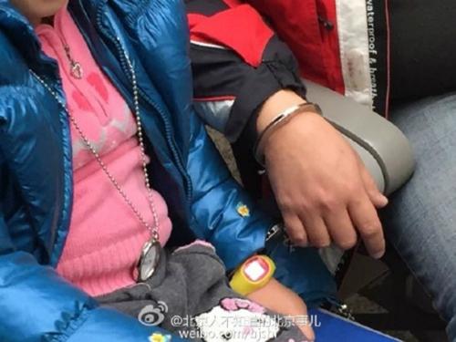Tờ Shanghaiist đưa tin, một người đàn ông Trung Quốc đã dùng còng khóa tay mình và con gái với nhau vì không muốn để thất lạc cô bé trong dịp du lịch cao điểm lễ hội Mùa Xuân.