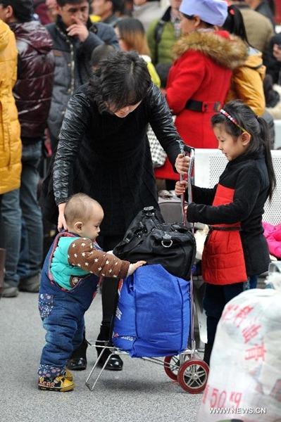 Đó chỉ là một trong nhiều biện pháp mà những ông bố bà mẹ ở Trung Quốc đã sử dụng để đưa con em mình về quê ăn tết một cách an toàn, tránh bị lạc nhau.