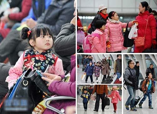 Hình ảnh lạ lùng này vừa được phát hiện tại nhà ga Nam Bắc Kinh, Trung Quốc. Theo đó, người cha này chăm chú kéo chiếc vali hành lý, còn bé gái lẽo đẽo theo sau với cái tay bị còng. Hai cha con đang chuẩn bị trở về quê nhà giữa mùa du lịch cao điểm lễ hội Mùa Xuân.