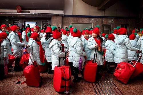 """Thậm chí thành phố Thanh Đảo (Trung Quốc) còn xây dựng dịch vụ """"chuyển phát trẻ em"""" bằng xe khách để hộ tống con em lao động nhập cư trở về quê nhà đón tết cùng người thân."""