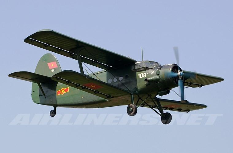 Ngoài An-26, làm nhiệm vụ vận tải ở Đoàn 918 còn có các máy bay Antonov An-2. Đây được xem là máy bay có tuổi đời cao nhất trong Không quân Nhân dân Việt Nam. Dù vậy, An-2 vẫn được đánh giá là loại máy bay an toàn, đáng tin cậy khi hoạt động, có thể hạ cánh ở sân bay dã chiến, đường băng không chuẩn bị trước.