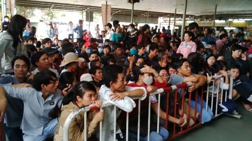 Có nhiều người đã phải nhịn ăn sáng để kịp đến bến xếp hàng mua vé. Nhiều sinh viên đã phải nghỉ học để lên mua nhưng chờ cả ngày vẫn chưa tới lượt.
