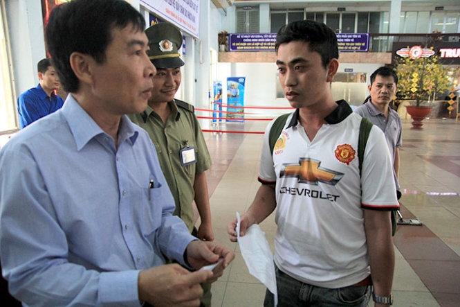 Như anh Trần Quang Thắng dù đã đặt vé tàu SE16 thành công trên mạng nhưng đã không được lên tàu. Lý do là vì anh đến quá sát giờ tàu xuất phát là 9g45 nên không kịp làm thủ tục lấy vé để đi tàu.