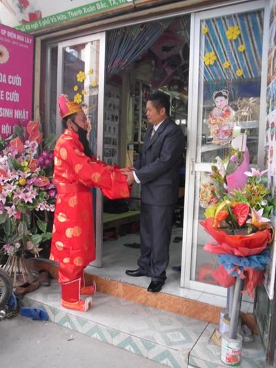"""""""Xông đất"""" vẫn là một nét văn hóa đặc biệt của người Việt trong ngày đầu tiên của năm mới. Tục xông đất thể hiện khát vọng về sự thịnh vượng, an khang và người xông đất như một dấu hiệu để người ta giải đoán trước hậu vận của năm đó."""