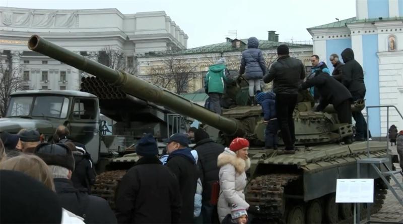 Dù từ trước đến nay cả phương Tây và Ukraine đều khẳng định có xe tăng Nga tham chiến tại miền Đông, tuy nhiên phía Nga đã phủ nhận cáo buộc này.