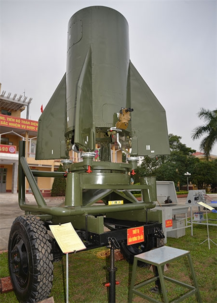 Hệ thống dẫn hướng tên lửa Scud: Để nâng cao hiệu quả cho huấn luyện, cán bộ Lữ đoàn 490 đã nghiên cứu thiết kế, chế tạo thành công thiết bị mô phỏng huấn luyện dẫn hướng để đào tạo kíp chiến đấu tên lửa đạn đạo Scud. Trong ảnh: Thiết bị mô phỏng dẫn hướng tên lửa Scud.