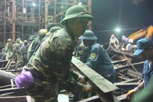 Thượng úy Tăng, người đang cứu hộ ở hiện trường chia sẻ với báo Thanh Niên: \