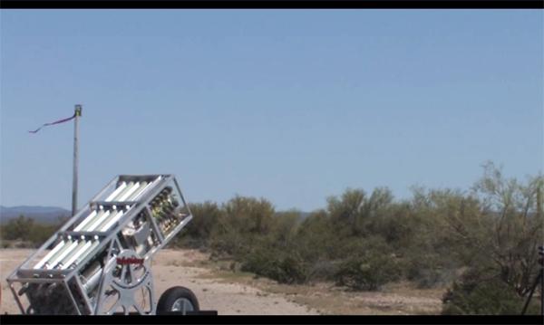 Khi bay lên không trung, các UAV sẽ bung cánh ra để tự bay và có thể chia sẻ thông tin với nhau để phối hợp thực hiện cả nhiệm vụ tấn công và phòng thủ. (Hình ảnh về bệ phóng đa nòng của Mỹ)