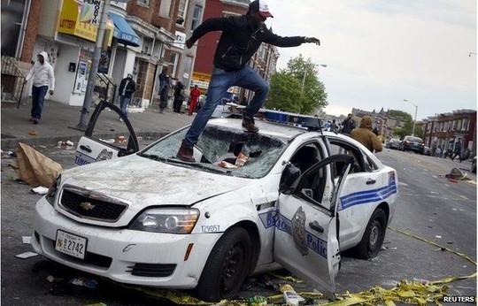 Theo hãng tin Reuters, giới chức thành phố Baltimore đã ban bố lệnh giới nghiêm giữa thời điểm cuộc biểu tình phản đối cái chết của một người đàn ông da màu thiệt mạng do bị cảnh sát giam giữ bùng phát thành bạo động.