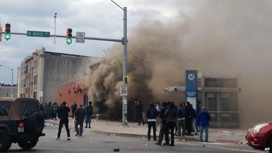 Vụ việc xảy ra với người Mỹ gốc Phi Freddie Gray, 25 tuổi hôm 19/4 sau 1 tuần hôn mê. Anh bị thương trong lúc bị cảnh sát giam giữ và thiệt mạng. 6 cảnh sát liên quan đến sự cố đã bị bắt và bị Sở Tư pháp điều tra.