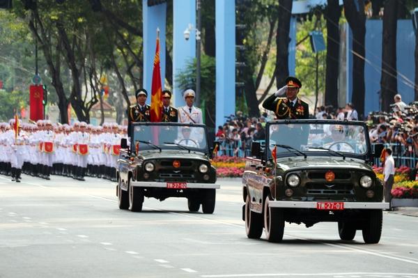 Với tinh thần Đại thắng Mùa Xuân năm 1975 bất diệt, phần diễu binh, diễu hành đã tái hiện tinh thần chiến thắng 30 tháng 4 của các tầng lớp nhân dân, mặt trận tổ quốc Việt Nam và các đoàn thể; của các lực lượng vũ trang Quân đội nhân dân Việt Nam với các khối quân nhạc, khối quân kỳ đại diện cho 5 cánh quân tiến vào Sài Gòn, khối chiến sỹ giải phóng quân, sỹ quan lục quân, phòng không - không quân, hải quân, biên phòng, cảnh sát biển, sỹ quan thông tin, bộ binh, đặc công biệt động, trinh sát đặc nhiệm, thanh niên xung phong, tự vệ, dân quân, du kích…của lực lượng Công an nhân dân với các khối sỹ quan, cảnh sát, cảnh sát giao thông, cảnh sát cơ động, phòng cháy chữa cháy, sỹ quan Công an thành phố Hồ Chí Minh, công an xã