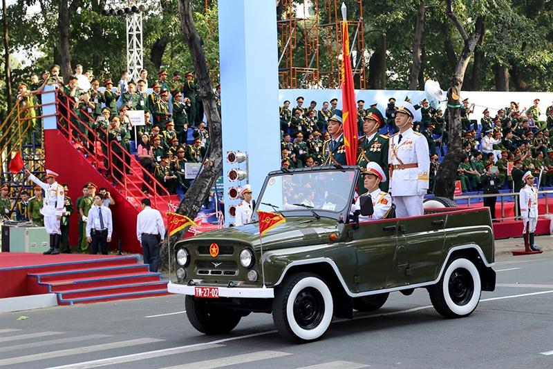 Xe chỉ huy lực lượng Quân đội nhân dân Việt Nam hiên ngang tiến vào khán đài