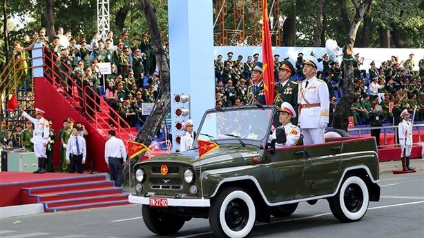 Oai hùng lễ diễu binh mừng Thống nhất đất nước