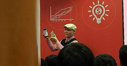 CEO Nguyễn Tử Quảng đang so sánh Bphone với iPhone 6.
