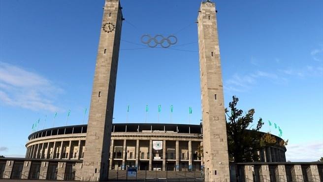 Những vòng tròn Olympic được đặt trang trọng ở lối vào để nhớ về kỳ Olympic Berlin 1936.