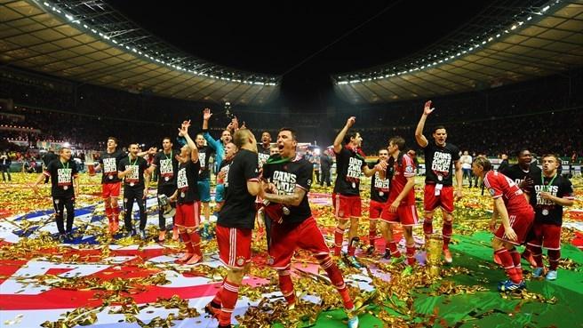 Bayern ăn mừng chức vô địch Cúp Quốc gia Đức năm 2013 tại sân Olympic.
