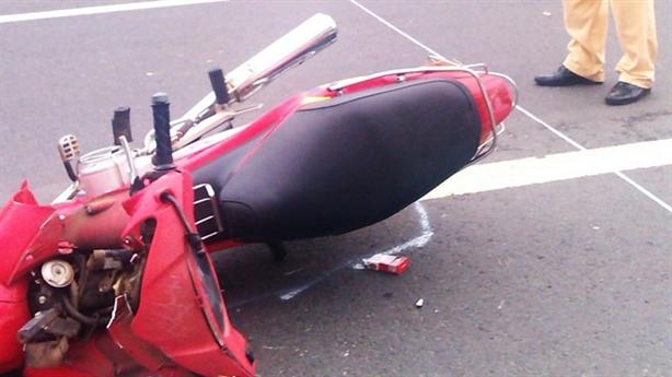 Đập phá xe mô tô của cảnh sát