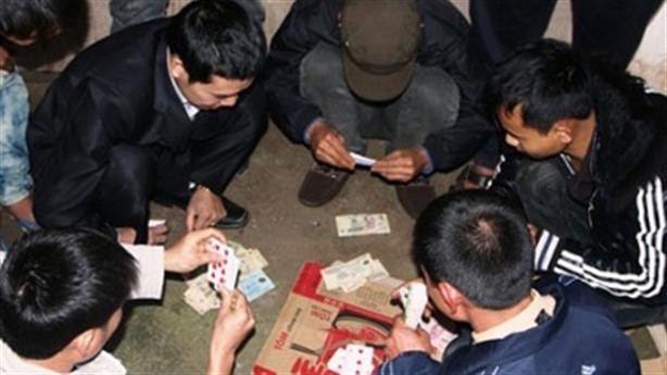 Rủ rê nhiều người cùng tham gia đánh bạc